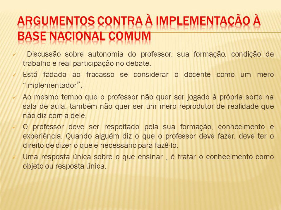 Discussão sobre autonomia do professor, sua formação, condição de trabalho e real participação no debate.