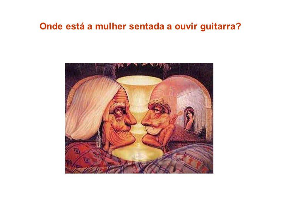 Onde está a mulher sentada a ouvir guitarra?