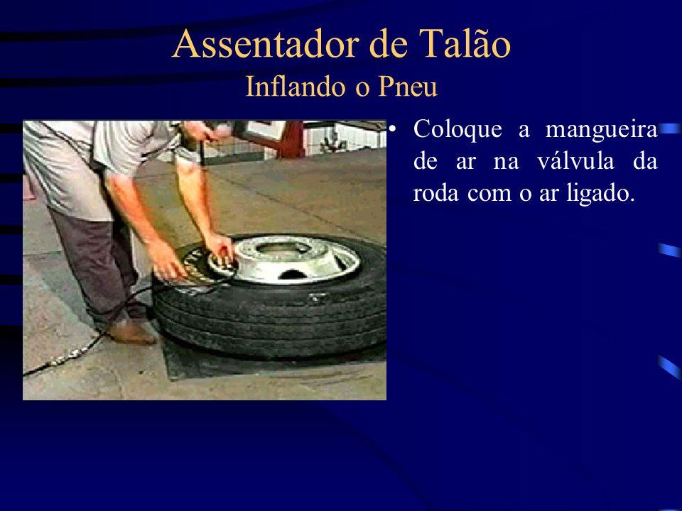 Assentador de Talão Inflando o Pneu Coloque a mangueira de ar na válvula da roda com o ar ligado.