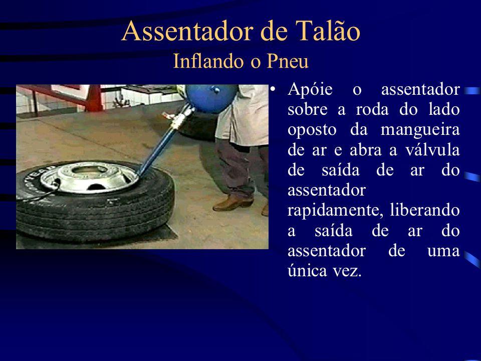Assentador de Talão Inflando o Pneu Apóie o assentador sobre a roda do lado oposto da mangueira de ar e abra a válvula de saída de ar do assentador ra