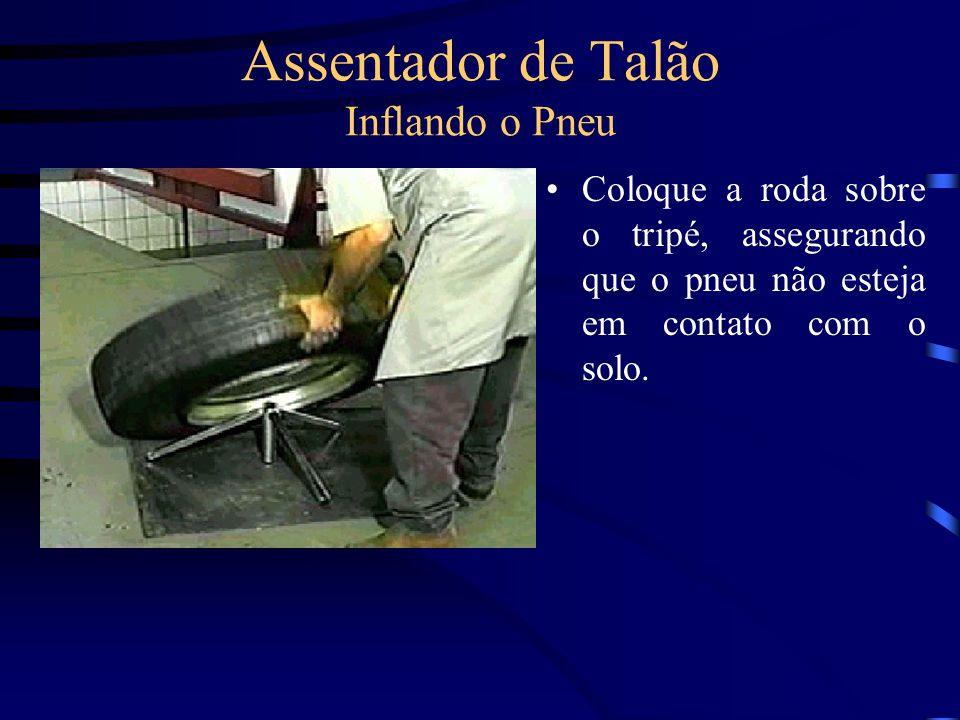 Assentador de Talão Inflando o Pneu Acople a mangueira de ar na válvula de entrada de ar do assentador, abrindo o registro da mesma, para liberar a entrada de ar, no assentador.