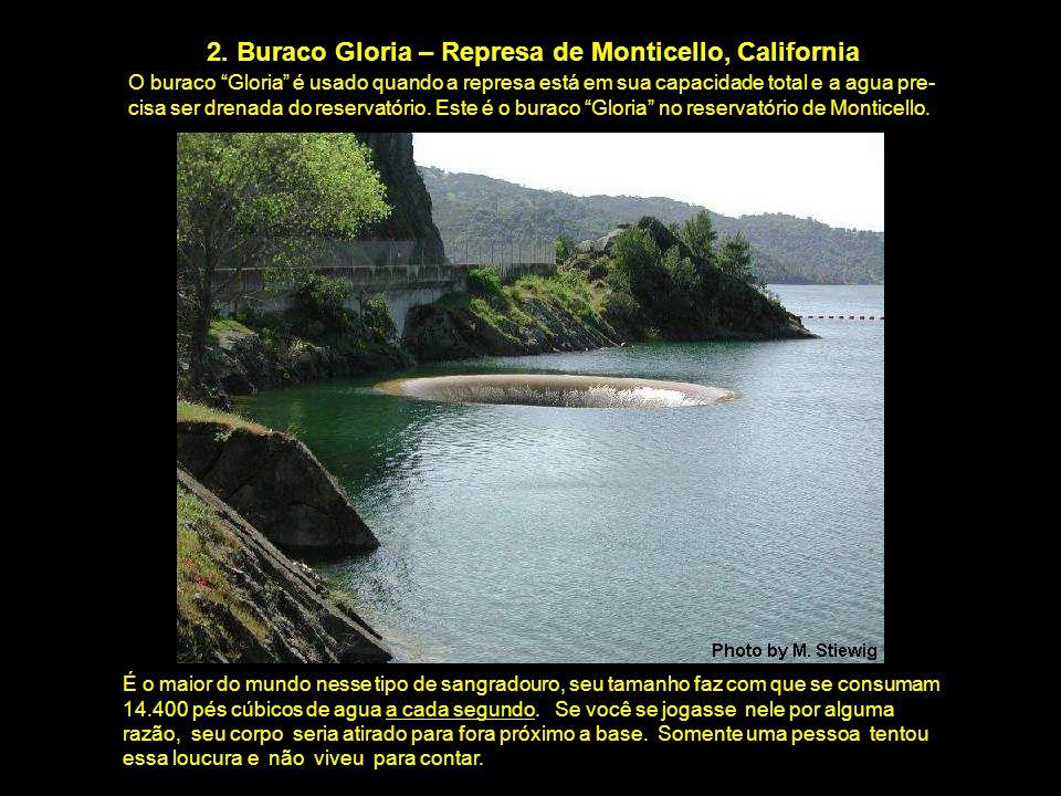 """2. Buraco Gloria – Represa de Monticello, California O buraco """"Gloria"""" é usado quando a represa está em sua capacidade total e a agua pre- cisa ser dr"""