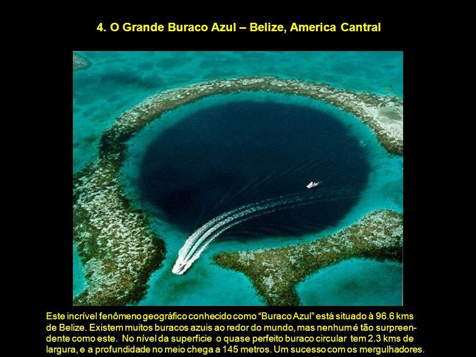 """4. O Grande Buraco Azul – Belize, America Cantral Este incrível fenômeno geográfico conhecido como """"Buraco Azul"""" está situado à 96.6 kms de Belize. Ex"""