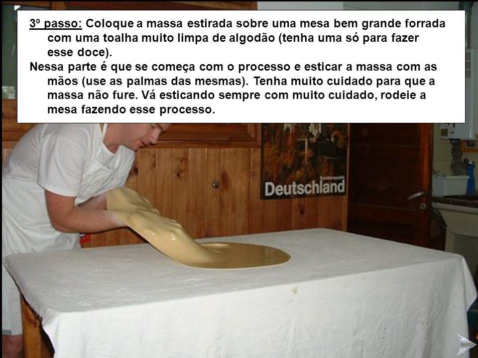 STRUDEL3 3º passo: Coloque a massa estirada sobre uma mesa bem grande forrada com uma toalha muito limpa de algodão (tenha uma só para fazer esse doce