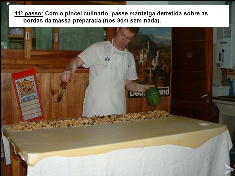 STRUDEL11 11º passo: Com o pincel culinário, passe manteiga derretida sobre as bordas da massa preparada (nos 3cm sem nada).