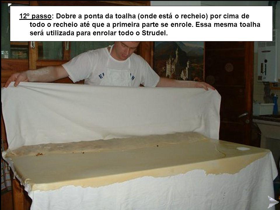 STRUDEL!2 12º passo: Dobre a ponta da toalha (onde está o recheio) por cima de todo o recheio até que a primeira parte se enrole. Essa mesma toalha se