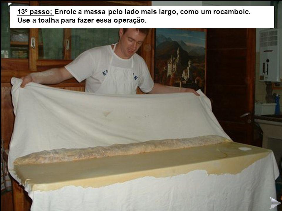 STRUDEL13 13º passo; Enrole a massa pelo lado mais largo, como um rocambole. Use a toalha para fazer essa operação.