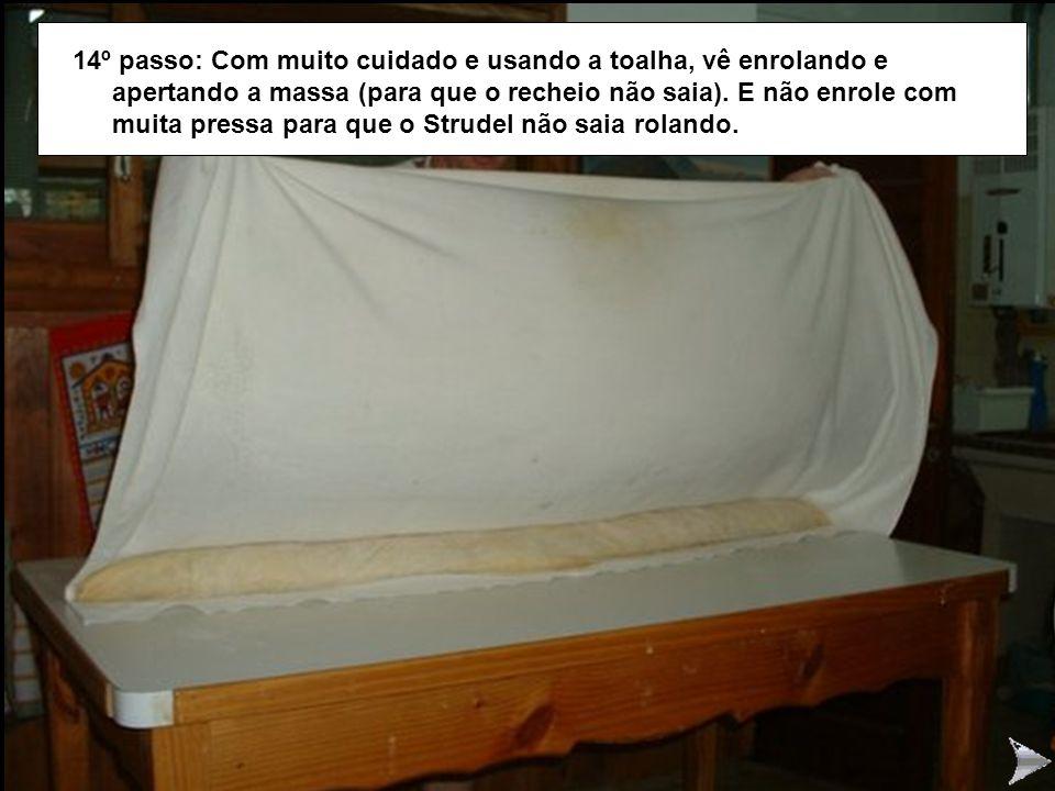 STRUDEL14 14º passo: Com muito cuidado e usando a toalha, vê enrolando e apertando a massa (para que o recheio não saia).