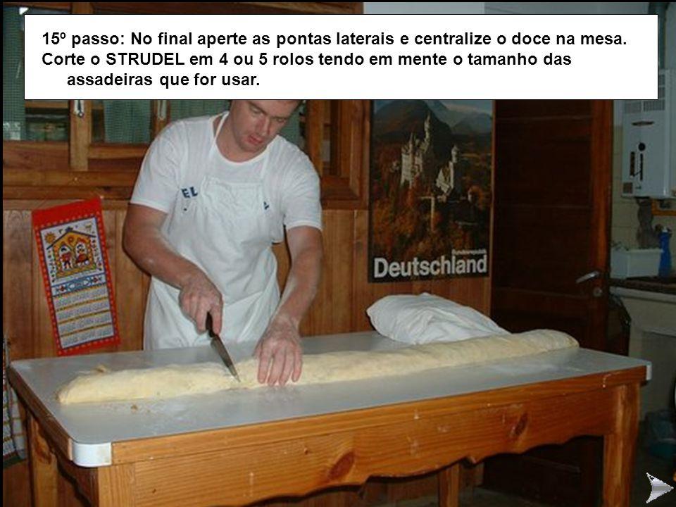 STRUDEL15 15º passo: No final aperte as pontas laterais e centralize o doce na mesa.