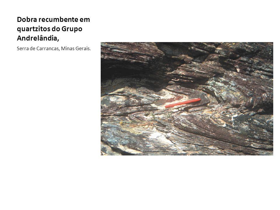 Dobra recumbente em quartzitos do Grupo Andrelândia, Serra de Carrancas, Minas Gerais.