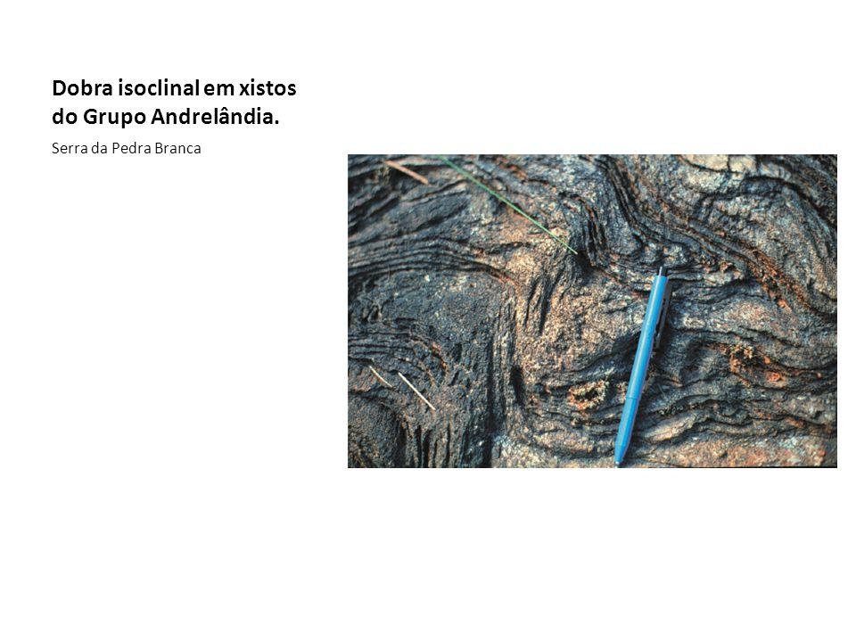 Dobra isoclinal em xistos do Grupo Andrelândia. Serra da Pedra Branca
