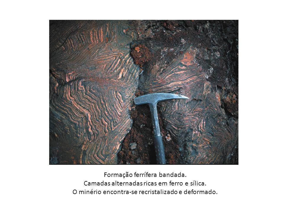 Formação ferrífera bandada. Camadas alternadas ricas em ferro e sílica. O minério encontra-se recristalizado e deformado.