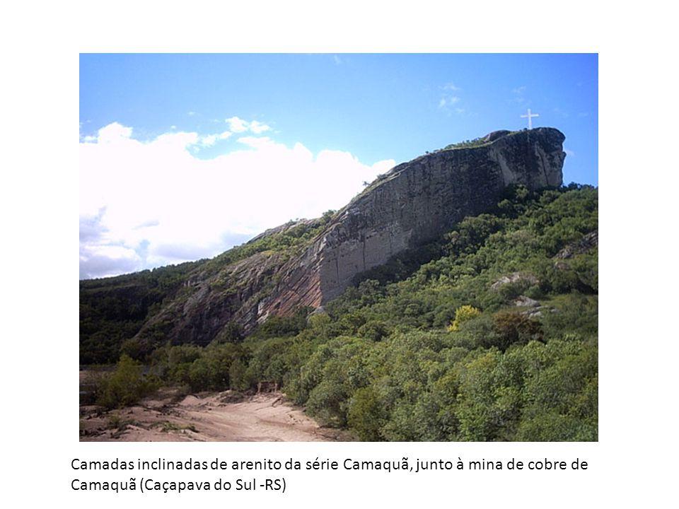 Camadas inclinadas de arenito da série Camaquã, junto à mina de cobre de Camaquã (Caçapava do Sul -RS)