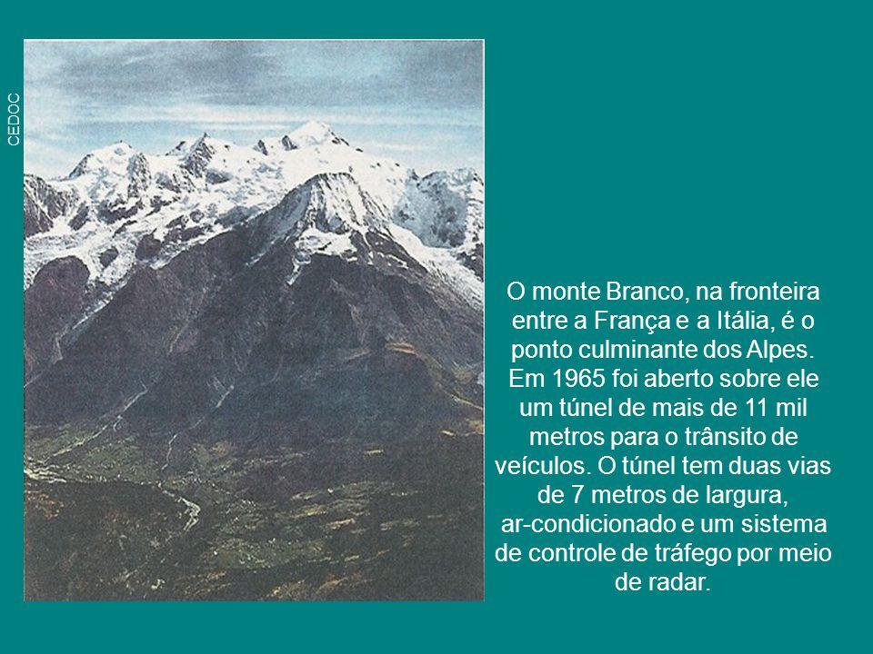 O monte Branco, na fronteira entre a França e a Itália, é o ponto culminante dos Alpes. Em 1965 foi aberto sobre ele um túnel de mais de 11 mil metros