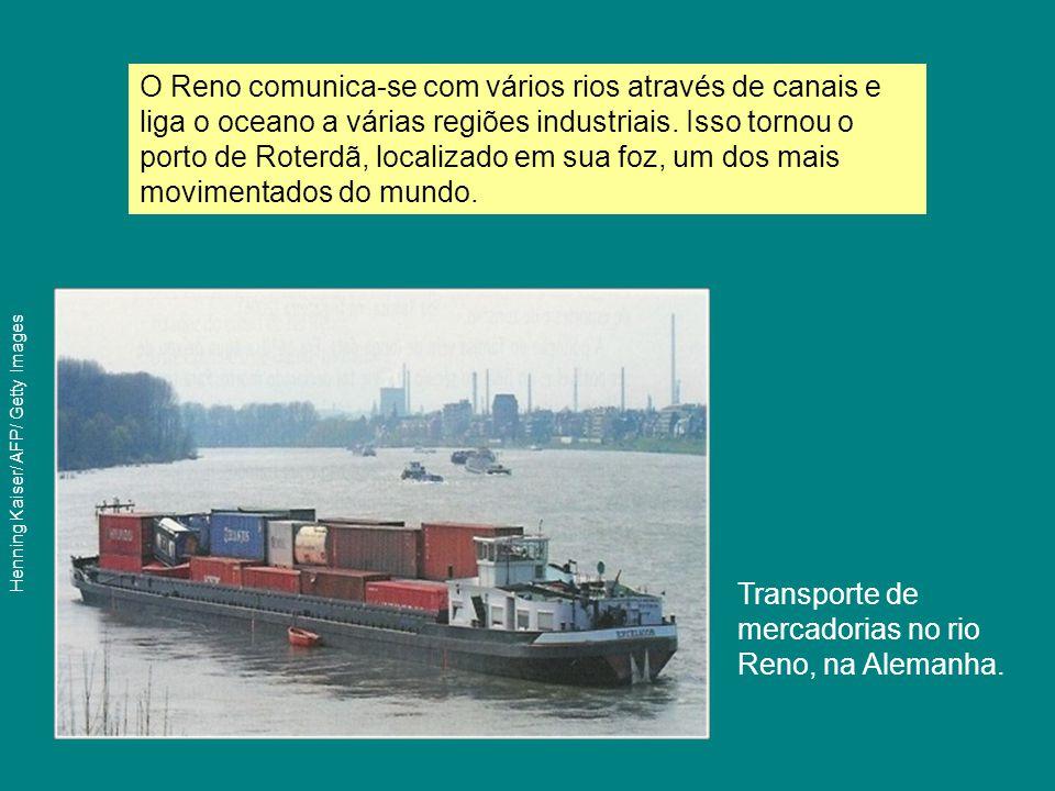 Transporte de mercadorias no rio Reno, na Alemanha. O Reno comunica-se com vários rios através de canais e liga o oceano a várias regiões industriais.