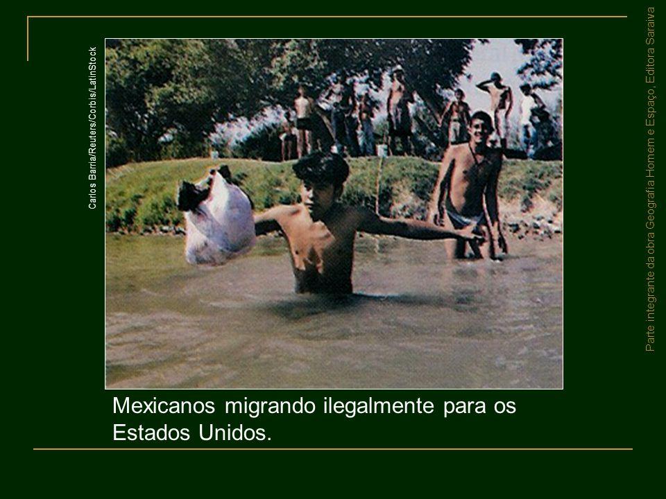 Parte integrante da obra Geografia Homem e Espaço, Editora Saraiva Mexicanos migrando ilegalmente para os Estados Unidos. Carlos Barria/Reuters/Corbis