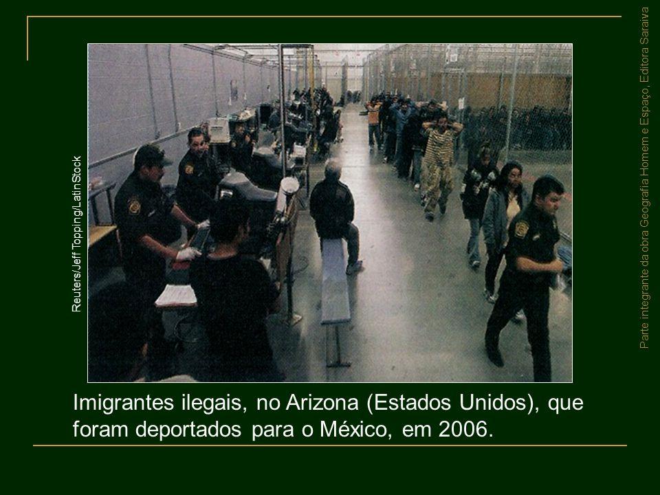 Parte integrante da obra Geografia Homem e Espaço, Editora Saraiva Imigrantes ilegais, no Arizona (Estados Unidos), que foram deportados para o México
