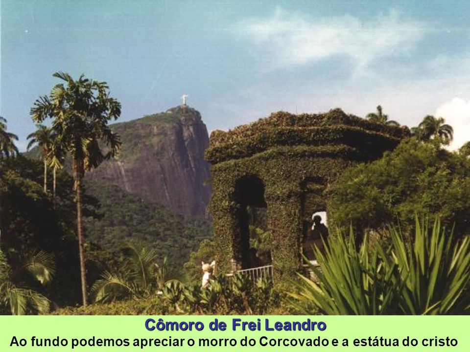 Cômoro (Cômoro: Outeiro, cerro), elevação adjacente ao lago, foi erguido com a terra retirada para a construção do mesmo. Ambos foram projetados por F