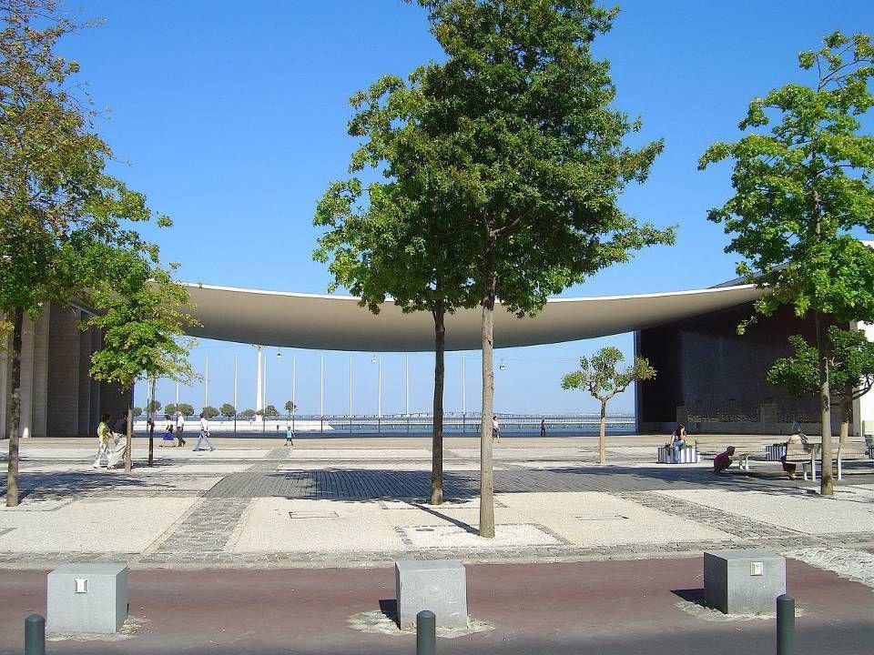 O Pavilhão de Portugal, do arquitecto português Álvaro SizaVieira, tem por entrada a famosa e imponente pala de betão pré-esforçado, que se baseia na ideia de uma folha de papel pousada em dois tijolos.