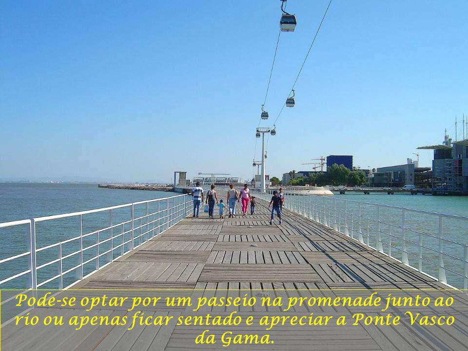 Pode-se optar por um passeio na promenade junto ao rio ou apenas ficar sentado e apreciar a Ponte Vasco da Gama.