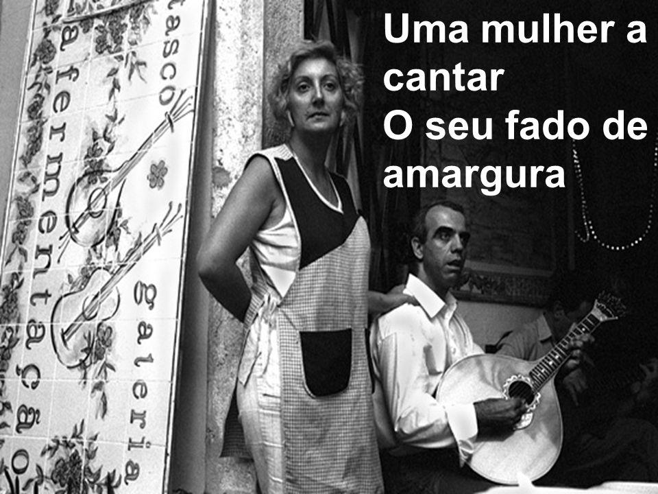 Uma mulher a cantar O seu fado de amargura
