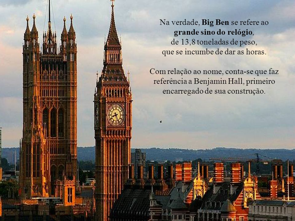 A torre do relógio se encontra numa das extremidades do palácio e alberga também um sino que se escuta a quilômetros na redondeza e que marca as horas