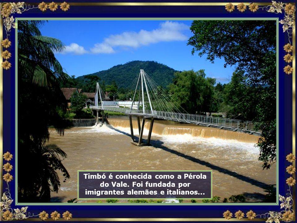Aqui o Rio Benedito, que corta a cidade, forma uma bela cachoeira...