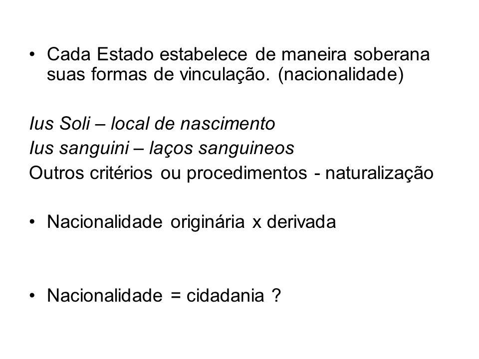 Nacionalidade originária b) os nascidos no estrangeiro, de pai brasileiro ou mãe brasileira, desde que qualquer deles esteja a serviço da República Federativa do Brasil; (JUS SANGUINI + CRITÉRIO FUNCIONAL)