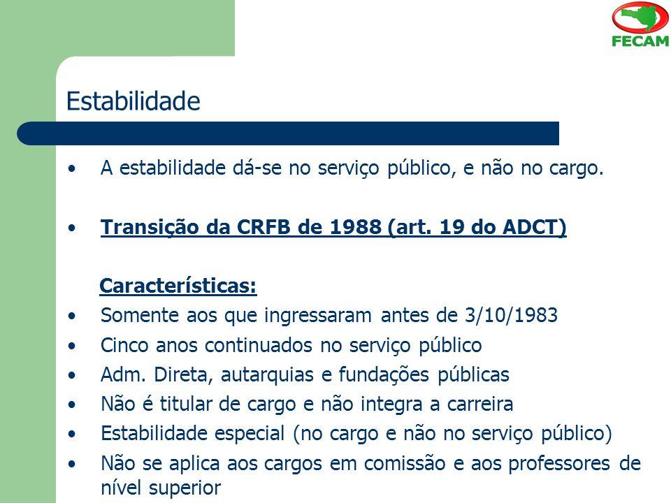 Estabilidade A estabilidade dá-se no serviço público, e não no cargo. Transição da CRFB de 1988 (art. 19 do ADCT) Características: Somente aos que ing