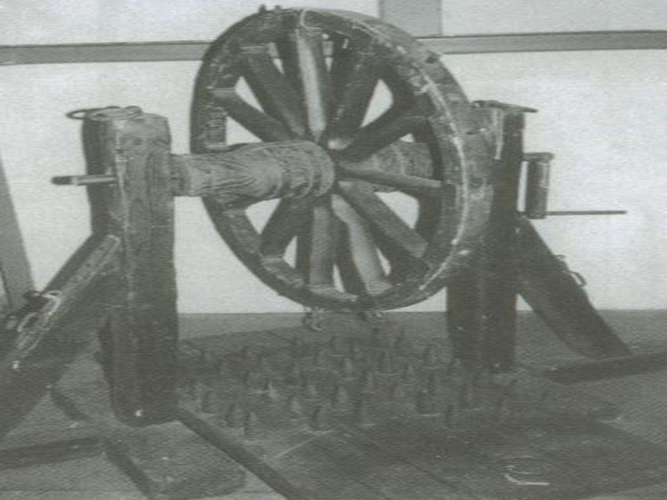 CAVALETE O condenado era deitado com as costas sobre um bloco de madeira de borda cortante com as mãos fixadas em dois furos e os pés presos em anéis de ferro.