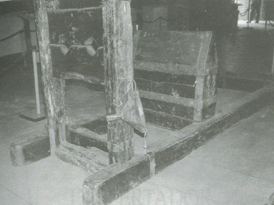 Cadeira das Bruxas O condenado era preso de cabeça para baixo em uma grande cadeira.
