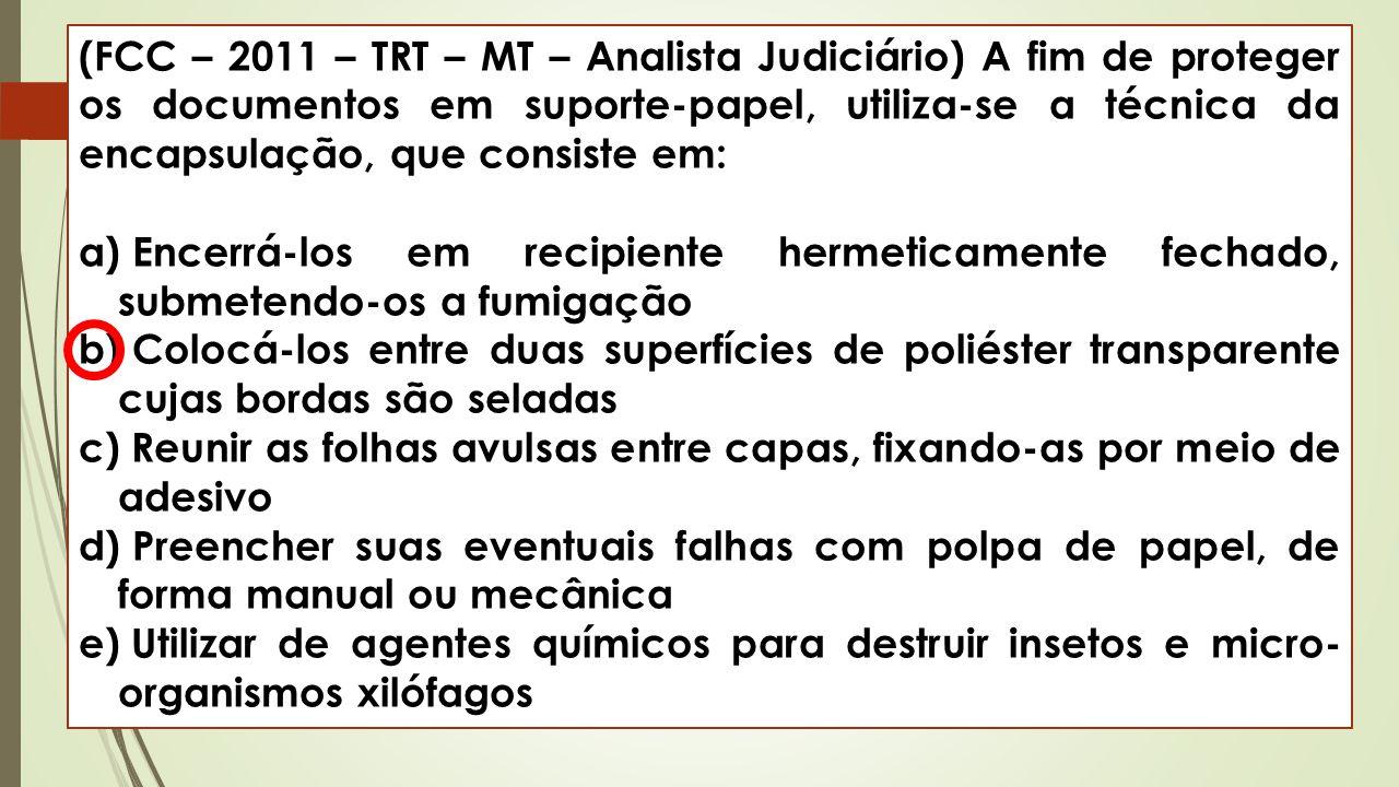 (FCC – 2011 – TRT – MT – Analista Judiciário) A fim de proteger os documentos em suporte-papel, utiliza-se a técnica da encapsulação, que consiste em: