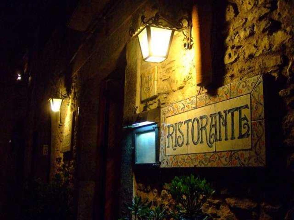 As confeitarias das ruas de Erice são famosas pela elaboração de doces que antigamente só se faziam nos conventos, e também pelos cannoli sicilianos e as cassatas
