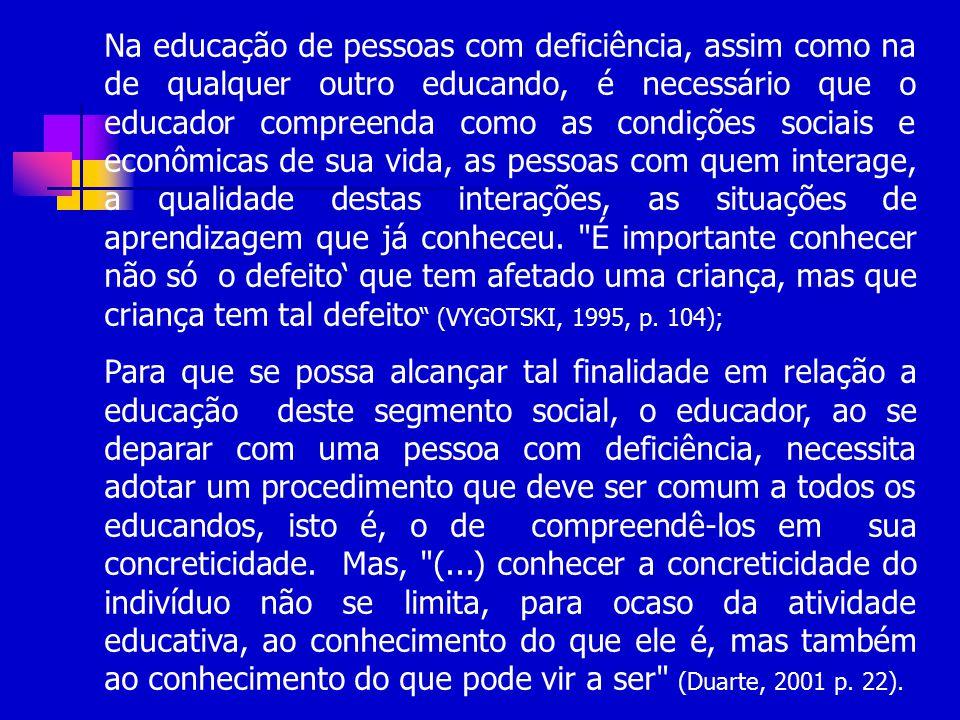 Na educação de pessoas com deficiência, assim como na de qualquer outro educando, é necessário que o educador compreenda como as condições sociais e e