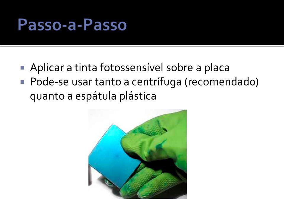  Aplicar a tinta fotossensível sobre a placa  Pode-se usar tanto a centrífuga (recomendado) quanto a espátula plástica