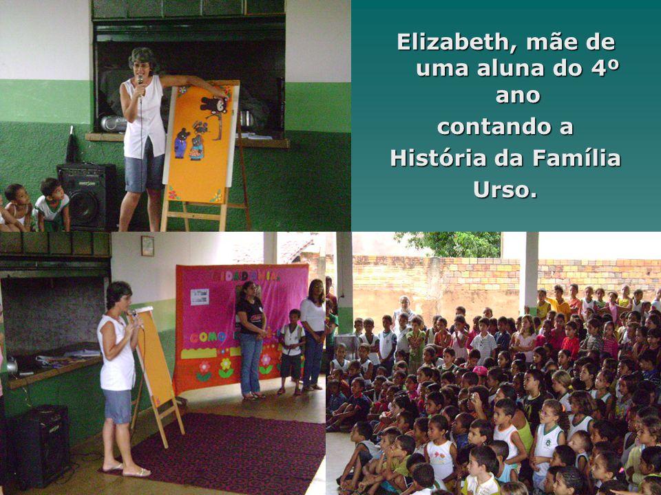 Elizabeth, mãe de uma aluna do 4º ano contando a História da Família Urso.