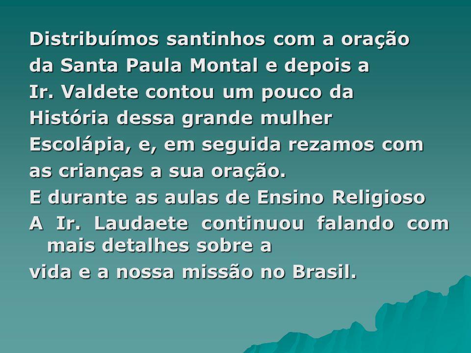 Distribuímos santinhos com a oração da Santa Paula Montal e depois a Ir.