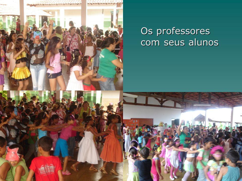 Os professores com seus alunos