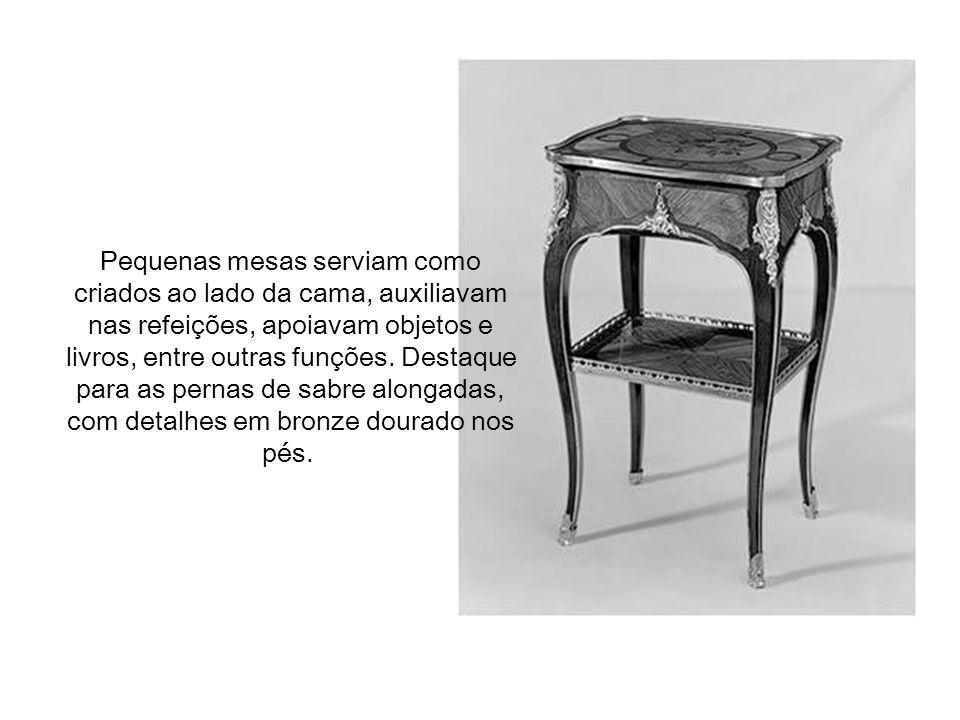 Pequenas mesas serviam como criados ao lado da cama, auxiliavam nas refeições, apoiavam objetos e livros, entre outras funções.