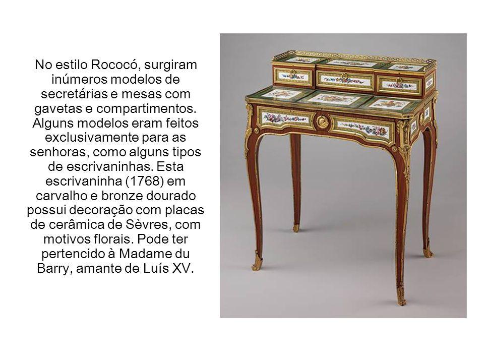 No estilo Rococó, surgiram inúmeros modelos de secretárias e mesas com gavetas e compartimentos.