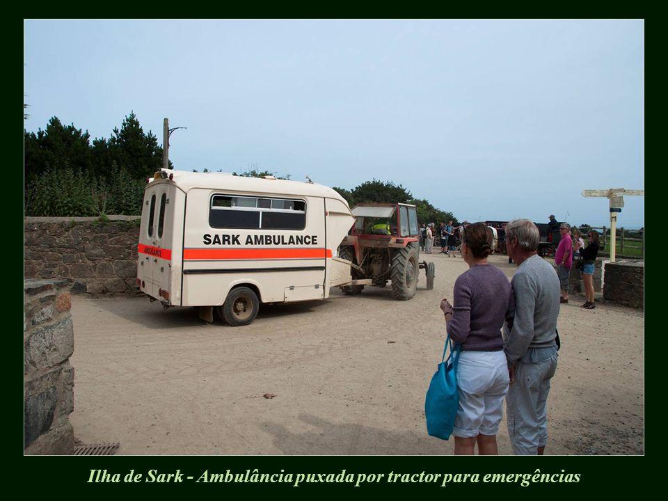 Ilha de Sark - Ambulância puxada por tractor para emergências