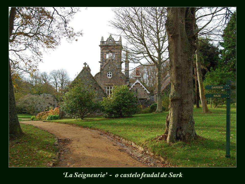Até 2008, todos trabalhavam para o senhor feudal, proprietário de todas as terras e que detinha o título de Seigneur de Sark (ou Dame de Sark no feminino), sendo este um título hereditário.