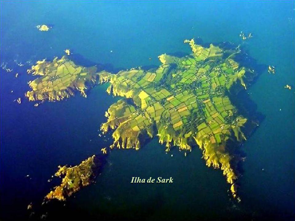 Até ao final de 2008, esta ilha foi o último território europeu a manter um regime feudal, tornando-se um caso único, para além da sua história social e política.