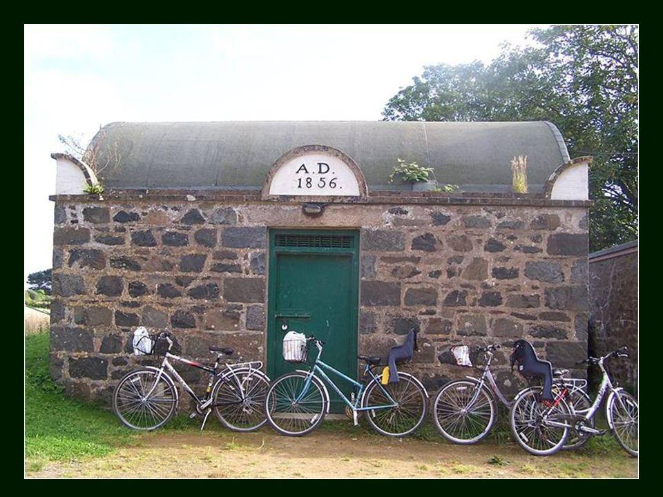 Este é o cárcere de Sark, construído em 1856 e que possui duas celas e uma casa de banho, sendo considerada a prisão mais pequena do mundo.