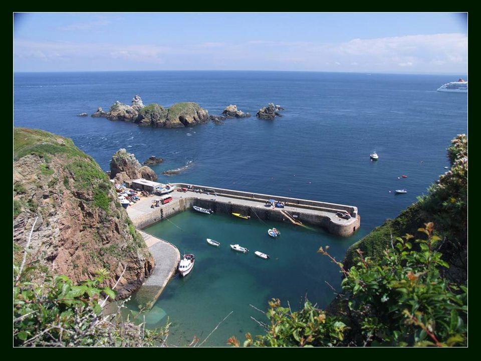 De um lado estavam os irmãos gémeos Barclay, que vivem num castelo privado no rochedo de Brecqhou, a poucos metros da ilha.