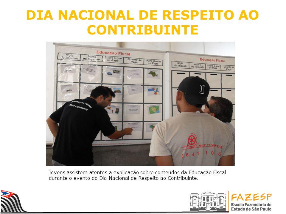 DIA NACIONAL DE RESPEITO AO CONTRIBUINTE Jovens assistem atentos a explicação sobre conteúdos da Educação Fiscal durante o evento do Dia Nacional de Respeito ao Contribuinte.