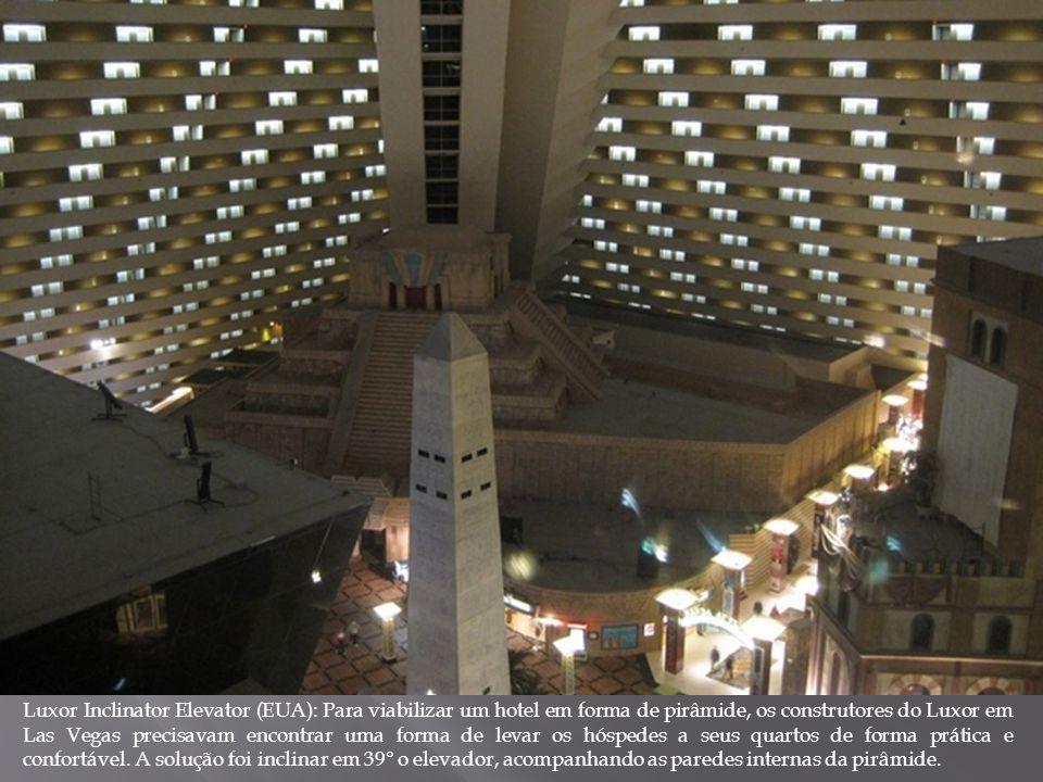 Luxor Inclinator Elevator (EUA): Para viabilizar um hotel em forma de pirâmide, os construtores do Luxor em Las Vegas precisavam encontrar uma forma d