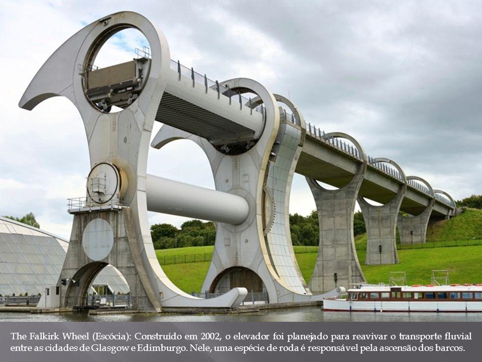 The Falkirk Wheel (Escócia): Construído em 2002, o elevador foi planejado para reavivar o transporte fluvial entre as cidades de Glasgow e Edimburgo.