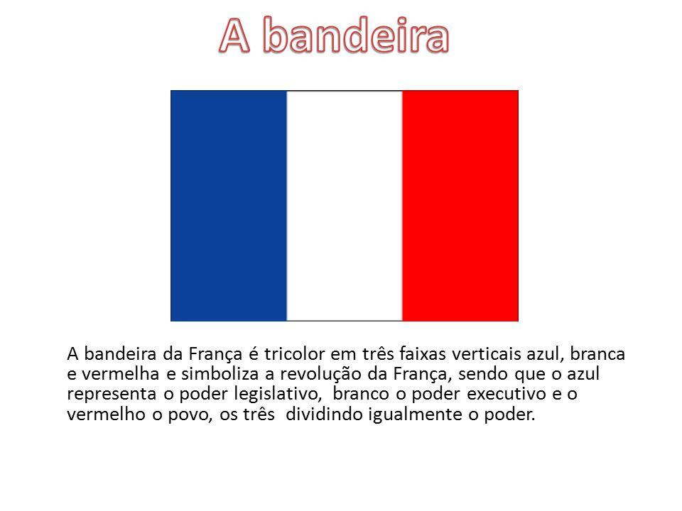 A bandeira da França é tricolor em três faixas verticais azul, branca e vermelha e simboliza a revolução da França, sendo que o azul representa o pode