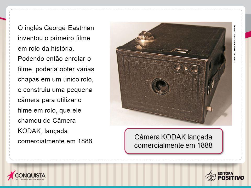 O inglês George Eastman inventou o primeiro filme em rolo da história. Podendo então enrolar o filme, poderia obter várias chapas em um único rolo, e